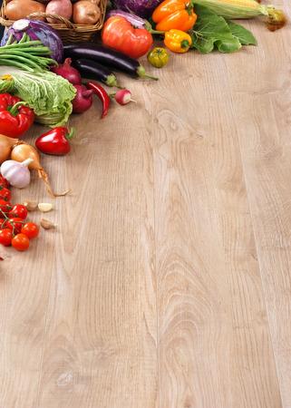 나무 테이블에 건강에 좋은 음식. 복사 공간 고해상도 제품, 오래 된 나무 테이블에 다른 야채의 스튜디오 촬영 상위 뷰. 스톡 콘텐츠