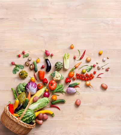 Gezonde voedsel achtergrond, studio fotografie van verschillende groenten en fruit op houten tafel Stockfoto