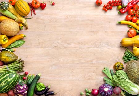 Fond de saine alimentation. Vue de dessus avec espace copie, produit haute résolution, photographie de studio de différents légumes sur la vieille table en bois.