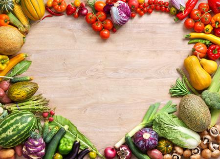 ハート型のフード、木製のテーブルで別の果物と野菜から作られた心の食品撮影