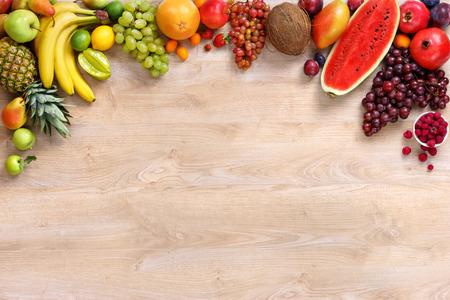 健康的な果物背景、木製のテーブルにさまざまな果物のスタジオ写真