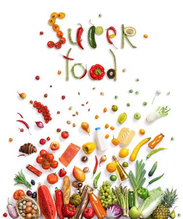 Super comida, la elección de alimentos. Símbolo de comida sana representada por los alimentos explosión para mostrar el concepto de salud de comer bien con frutas y verduras Foto de archivo