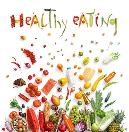 Gesunde Ernährung Hintergrund. Studiofotografie von verschiedenen Früchten und Gemüse isoleted auf weißem Hintergrund, Ansicht von oben. Hochauflösende Produkt.