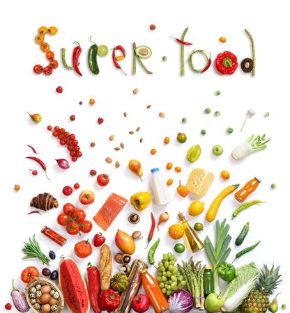슈퍼 푸드. 다른 과일과 흰색 배경에 고립 된 야채, 상위 뷰의 스튜디오 사진. 고해상도 제품.