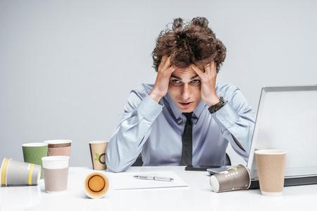 彼の仕事に不満を持って不幸なマネージャー。職場のコンピューター、うつ病および危機の概念の使用現代ビジネスマン