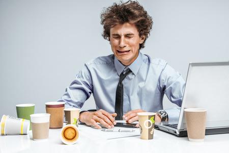 泣いている男。否定的な感情の表情の感じ。作業場所、不況と危機概念で現代オフィス男