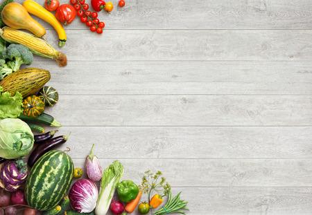 Fondo de la comida orgánica. Foto del estudio de diferentes frutas y verduras en la mesa de madera blanca. Producto de alta resolución.