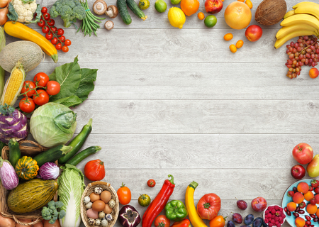 alimentos saludables: Fondo de la comida sana. Foto del estudio de diferentes frutas y verduras en la mesa de madera blanca. Producto de alta resolución. Foto de archivo