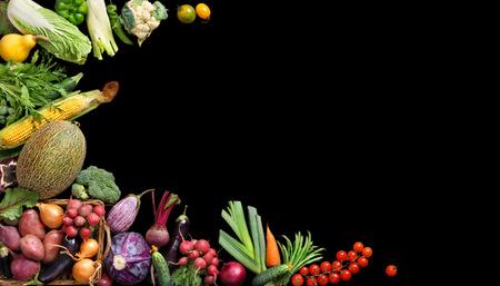 デラックスの有機食品の背景。食品写真さまざまな果物や野菜は、黒の背景を分離しました。領域をコピーします。高解像度の製品