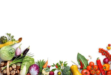 Gesunder Esshintergrund. Lebensmittelfotografie verschiedener Obst- und Gemüsesorten lokalisierten weißen Hintergrund. Speicherplatz kopieren. Hochauflösendes Produkt