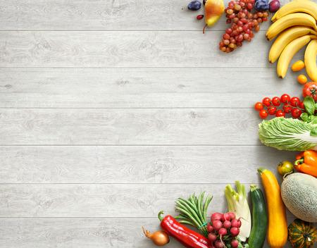 건강에 좋은 음식 배경입니다. 흰색 나무 테이블에 다른 과일과 야채의 스튜디오 사진. 고해상도 제품.