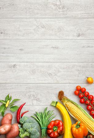 Fondo de la comida sana. Foto del estudio de diferentes frutas y verduras en la mesa de madera blanca. Producto de alta resolución.