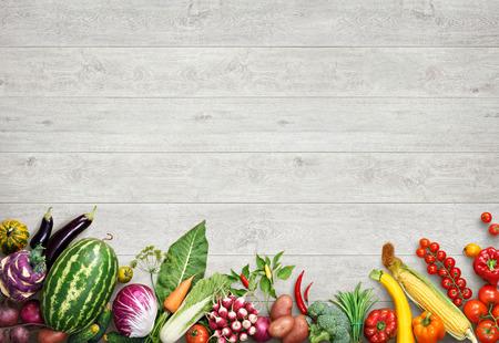 Biologisch voedsel achtergrond. Studio foto van verschillende vruchten en groenten op witte houten tafel. Hoge resolutie product.