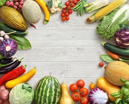 健康と新鮮な野菜。白い木製のテーブルで別の果物と野菜のスタジオ写真。高解像度の製品です。