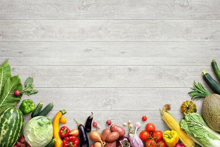 건강한 식습관 배경입니다. 흰색 나무 테이블에 다른 과일과 야채의 스튜디오 사진. 고해상도 제품.