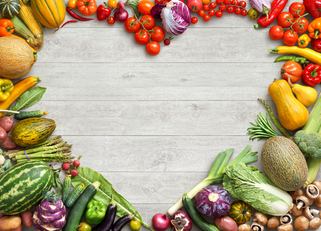 ハート型の食品。白い木製のテーブルで別の果物と野菜から作られた心の食べ物の写真。領域をコピーします。高解像度の製品