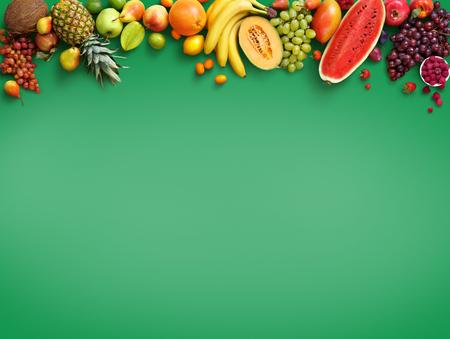 유기농 식품 배경입니다. 사진 다른 과일 격리 녹색 배경입니다. 공간을 복사합니다. 고해상도 제품 스톡 콘텐츠