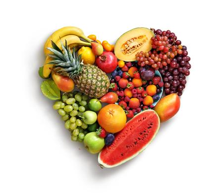 Símbolo de coração. Conceito de dieta de frutas. A fotografia do alimento do coração feita dos frutos diferentes isolou o fundo branco. Produto de alta resolução