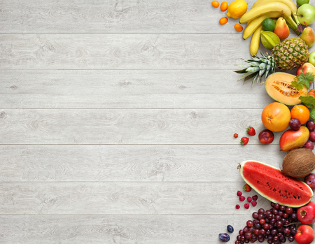 건강한 음식 배경입니다. 흰색 나무 테이블에 다른 과일의 스튜디오 사진. 높은 해상도 제품.