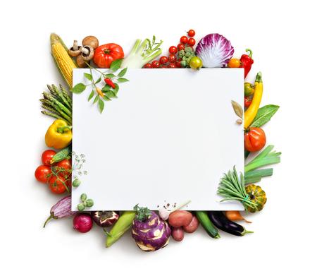 alimentos saludables: Fondo de la comida orgánica y copiar el espacio. la fotografía de alimentos diferentes frutas y verduras aislados fondo blanco. Producto de alta resolución Foto de archivo