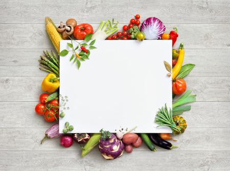 La comida sana y el espacio de la copia. Foto del estudio de diferentes frutas y verduras en la mesa de madera blanca. Producto de alta resolución.