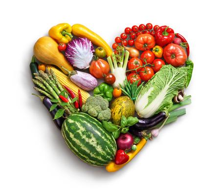 Simbolo de corazon. Verduras concepto de dieta. La fotografía de alimentos del corazón a partir de diversos vehículos aislados fondo blanco. Producto de alta resolución