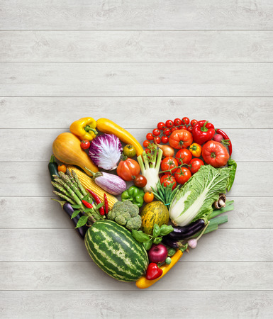 ハートマーク。野菜はダイエットのコンセプトです。白い木製のテーブルにさまざまな野菜から作られた心の食べ物の写真。高解像度の製品です。 写真素材