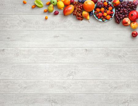 健康食品の背景。白い木製のテーブルにさまざまな果物の写真はスタジオ。高解像度の製品です。