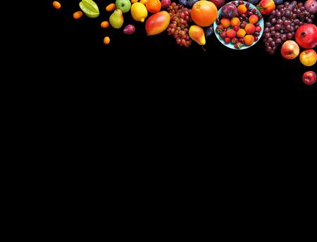 Deluxe Früchte Hintergrund. Studio Fotografie verschiedenen Früchten isoliert auf schwarzem Hintergrund. Kopieren Sie Raum. Hochauflösende Produkt