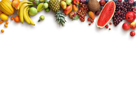 frutas: fondo de frutos sanos. Foto del estudio de diferentes frutas aislado fondo blanco. Producto de alta resolución. espacio de la copia Foto de archivo