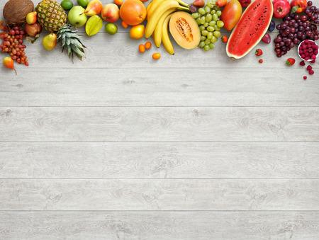 Sfondo di cibo sano. Studio fotografico di diversi frutti su bianco tavolo in legno. Prodotto di alta risoluzione. Archivio Fotografico - 54088843