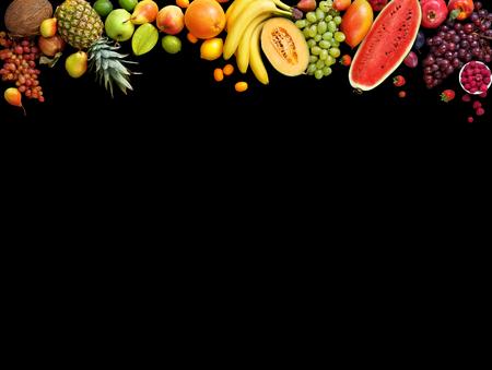 デラックス フルーツの背景。スタジオ写真さまざまな果物黒い背景に分離されました。領域をコピーします。高解像度の製品