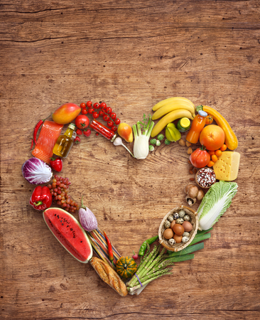 dieta sana: Símbolo del corazón, concepto de la dieta. fotografía de alimentos saludables de corazón a partir de diferentes frutas en la mesa de madera. Producto de alta resolución.