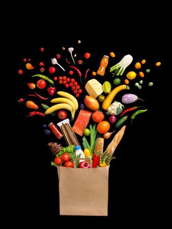 デラックス パッケージの食品。黒の背景、トップ ビューで異なる果物と野菜 isoleted のスタジオ撮影。高解像度の製品です。 写真素材