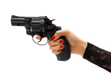 pistola: Mano femenina que apunta el arma revólver. Estudio de fotografía de mano que sostiene la arma de mano de la mujer - aislado sobre fondo blanco. Concepto de negocio