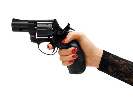 mujer con pistola: Revólver en la mano. Estudio de fotografía de mano que sostiene la arma de mano de la mujer - aislado sobre fondo blanco. Concepto de negocio