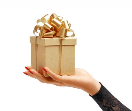 여자의 손을 흰색 배경에 고립 된 선물 상자를 들고. 고해상도 제품