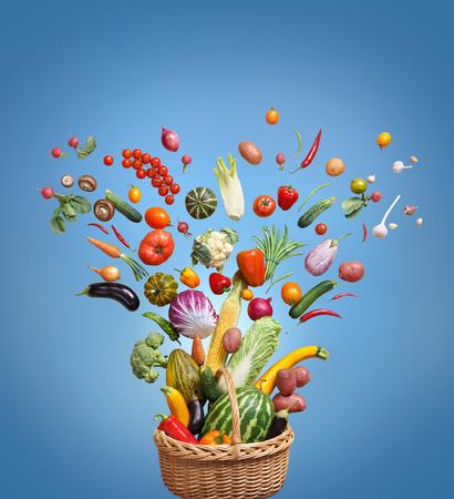 Aliments biologiques sur fond bleu. Photo de studio de différents fruits et légumes. Produit haute résolution.
