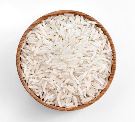 흰색 배경에 나무 그릇에 흰 쌀입니다. 상위 뷰, 높은 해상도 제품을 닫습니다.
