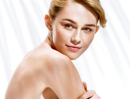 piel humana: Muchacha rubia encantadora en día de verano asoleado caliente. Juventud y cuidado de la piel concepto.