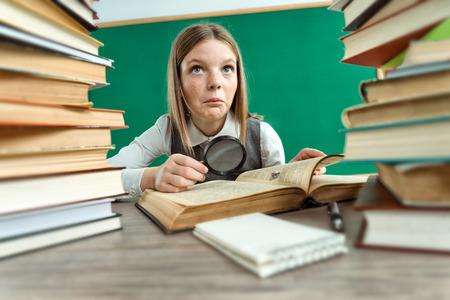literature: Hermosa muchacha duda acerca de lectura  foto de gafas que llevaba la muchacha adolescente de la escuela, el concepto creativo con Volver a la escuela tema
