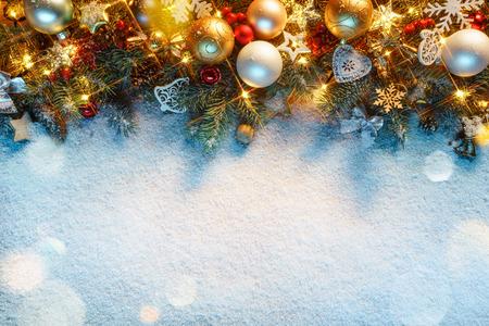De spar van Kerstmis met lichten op sneeuw. Vrolijk kerstfeest en een gelukkig nieuwjaar!! Bovenaanzicht. Stockfoto
