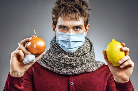 전염성 질병 및 독감에 대 한 보호 마스크에 젊은 남자. 아픈 사람은 감기에 도움이된다는 것을 알고 있습니다. 건강 관리 개념 스톡 콘텐츠