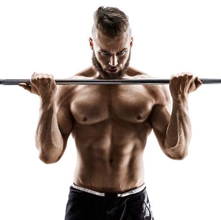 Muskulöser Bodybuilderkerl, der Übungen mit Barbell über weißem Hintergrund tut. Stärke und Motivation.