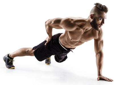 Aantrekkelijke man doet push-ups oefeningen vanaf de vloer op de linkerarm. Foto spier man geïsoleerd op een witte achtergrond. De kracht en motivatie Stockfoto