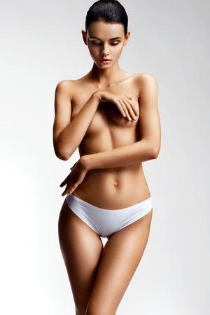 41577fa76ea #74446576 - 깨끗한 피부와 누드 토플리스 가슴을 가진 아름다운 모델. 젊은여자가 그녀의 누드 유 방 취재. 건강과 미용 개념