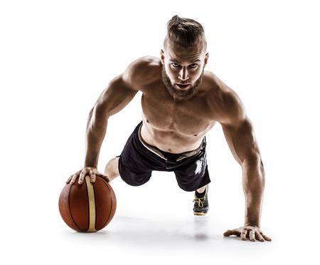 Fysieke atleet doet push-ups op de bal. Foto van de spiermens die op witte achtergrond wordt geïsoleerd. Kracht en motivatie.