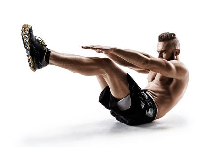 levantar peso: Apuesto joven haciendo ejercicio de fitness. Foto de hombre musculoso en silueta sobre fondo blanco. Concepto de estilo de vida saludable y saludable