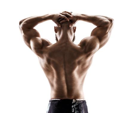 Starke Rückseite des muskulösen Mannes, der seine Arme auf weißem Hintergrund biegt. Hintere Ansicht des Eignungsmodells mit männlicher Konstitution im Schattenbild.