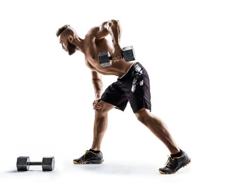 Atletische man doen oefening voor wapens. Foto van spierfitnessmodel dat met domoren op witte achtergrond uitwerkt.